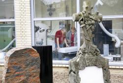 Sebastian Herzog und sein Geselle in dem Atelier